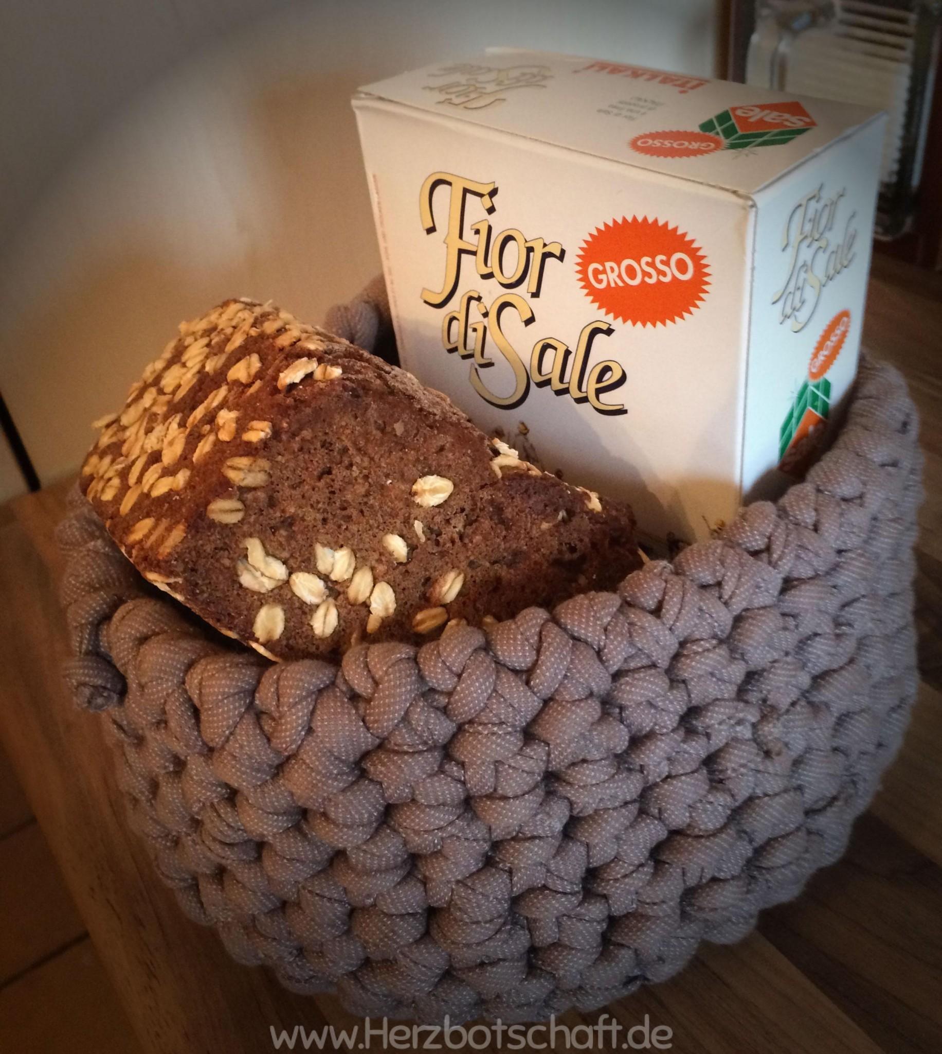 Geschenkidee zum Einzug: Brot und Salz im selbst gehäkelten Körbchen - ♥ Herzbotschaft.de
