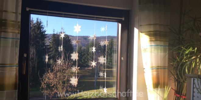 Winterliche Schneeflocken als Fensterdekoration